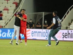 Sivasspor-Petrocub maçında sahaya taraftar girdi