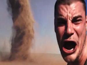 Hortumla selfie çekinmeye çalışan adamın dramı!