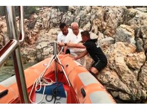Kayalıklara sığınan yaşlı adamı, Sahil Güvenlik kurtardı