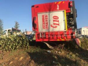 Avcılar'da itfaiye aracı devrildi: 2 yaralı