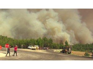 Mahalleye yaklaşan alevlere vatandaşlar yangın söndürme tüpüyle müdahale etti