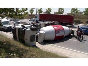 Beton yüklü mikser otomobile çarpıp otoyola devrildi: 1 yaralı