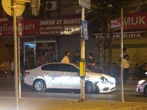 Ters yönden caddeye giren sürücü park halindeki otomobillere zarar verdi