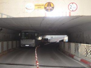 Bursa'da bir halk otobüsü alt geçitte sıkıştı!