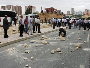 Mardin'de AKP binasına saldırdılar!