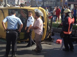 İstanbul'da yolcu minibüsü devrildi!