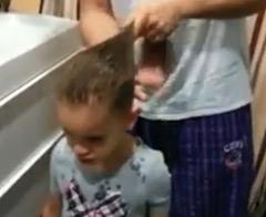 Kızının saçını ördü, fenomen oldu!