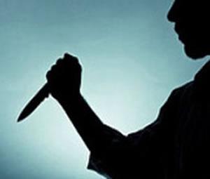 Genç kız tacizciyi göğsünden bıçakladı.
