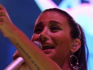 Şarkı söylerken gözyaşlarını tutamadı