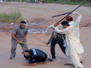 Göstericeler polisi linç etti