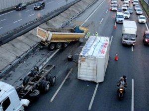 TEM Otoyolu'nda bir kamyon dorsesini yola düşürdü!