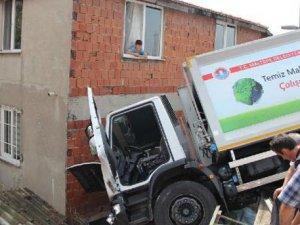 Maltepe'de kayan çöp kamyonu 3 araca çarptı!