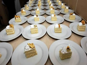 Düğüne gelenlere altın ikram ettiler