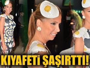 Tuğba Özerk'in yumurta desenli kıyafeti şaşırttı