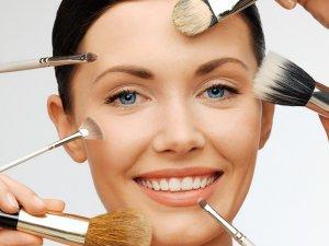 Yaşlı görünmenize yol açan makyaj hataları!