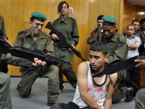 İsrail polisi küçük büyük demedi gözaltına aldı
