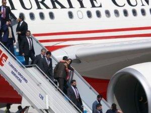 Türk rehinelerde takım elbise detayı