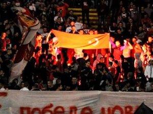Türk bayrağı yakıp F.Bahçe'ye küfrettiler!
