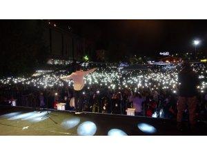 Ünlü şarkıcı Altın Safran Festivali'nde hayranlarını coşturdu