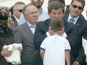 Davutoğlu'nun boynundan tutarak sevdiği çocuk bakın ne halde!