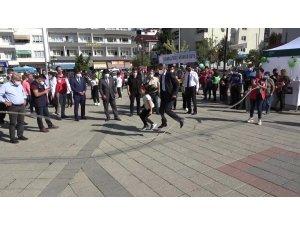 Vali Karaömeroğlu çocuklarla ip atladı, halat çekti, yakar top oynadı