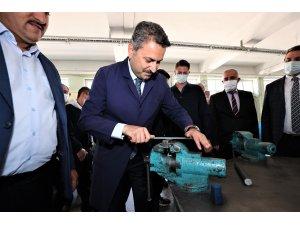 Başkan Eroğlu, iş önlüğü giyip eğe yaptı