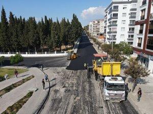 Aliağa Belediyesi sıcak asfalt serim çalışmalarını sürdürüyor