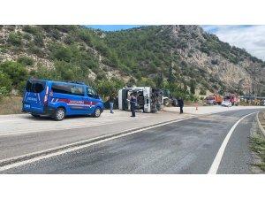 Devrilen tırın sürücüsü yaralandı