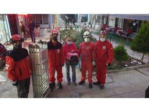 AKUT Eskişehir ekibi 8 metrelik apartman boşluğuna düşen kediyi kurtardı