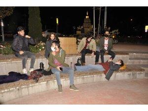 'Barınamıyoz' yazdıkları kartonla parkta yatmak istediler