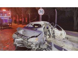 Beton bariyerlere çarpan otomobil alev aldı: 1 ölü, 1'i ağır 3 yaralı