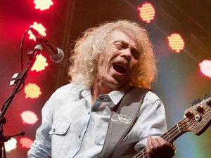 Ünlü müzik grubunun bas gitaristi yaşamını yitirdi