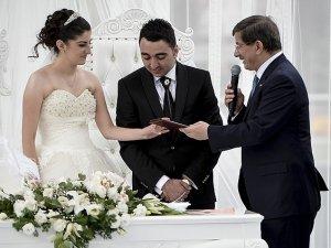 Davutoğlu konsolosluk görevlisinin nikah şahidi oldu
