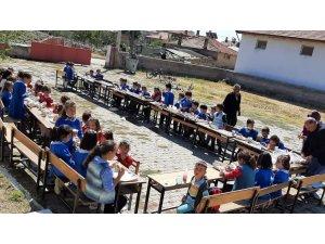 Hallaç köyünde miniklerin okula alışmaları için piknik düzenledi