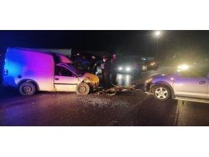 İzmir'de otomobil ile hafif ticari araç çarpıştı: 4 yaralı