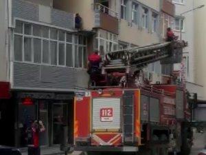 Alkol alıp intihar için binanın ikinci katına çıkan vatandaşı itfaiye erleri ikna etti