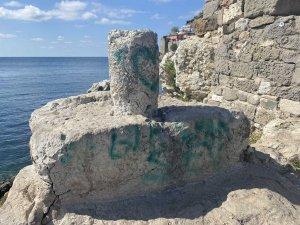 Tarihi Direkli Kaya'ya spreyle yazılar yazıldı