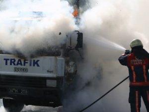 Zeytinburnu'nda çekici aracı alev alev yandı
