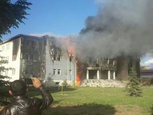 Belediye binasını alev alev yaktılar