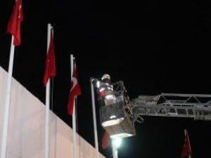 İzmir'de Türk bayrağını indirme girişimi!