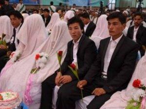 Afganistan'da yüz kişilik toplu düğün!