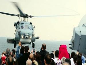 Kaza kırım ekibi kaza yapan helikopteri inceliyor