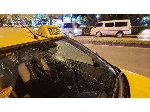 Yolun karşısına geçmek isteyen genç kıza taksi çarptı
