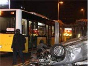 Bariyerleri aşıp metrobüs yoluna daldı! 2 yaralı