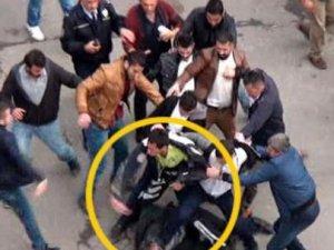 Polise saldırdı, kurtaran yine polis oldu