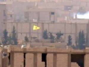 YPG, Türkiye sınırına bayrak dikti
