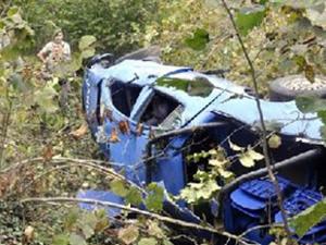 Askeri araç uçuruma yuvarlandı: 3 yaralı