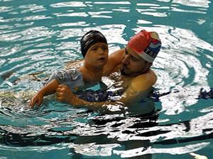 Down sendromlu çocuk, yüzerek konuşmayı başardı