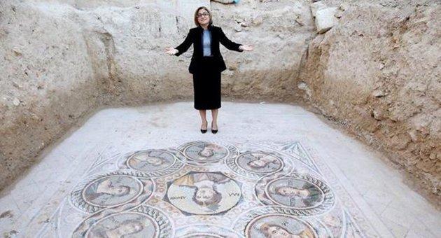 Tarihi mozaikleri üstüne basarak tanıttılar
