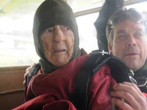 100'üncü yaşını paraşütle atlayarak kutladı